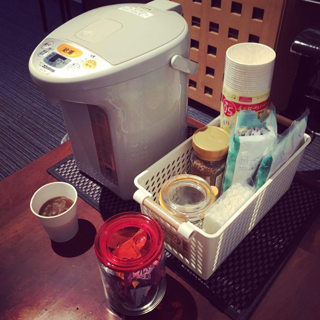 202号のレッスン室にポットとコーヒーセットを置きました